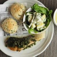 キタアカリとインゲンのわさびマヨサラダ ワケギのプチパン 秋鮭のムニエルニンジンの葉レモンソース