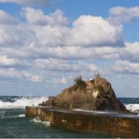時化る国府海岸