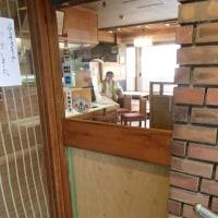 レストランの自動ドアーのガラス破損