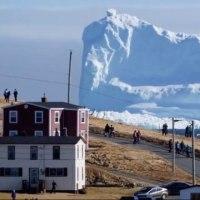 巨大な氷山が漂着し、話題になつています。