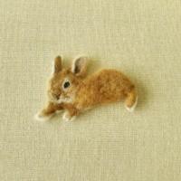 羊毛フェルトブローチの茶色いうさぎ