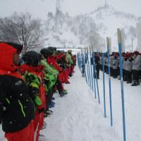 スキー実習1日目のゲレンデ講習風景