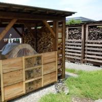 石窯の薪小屋に壁を