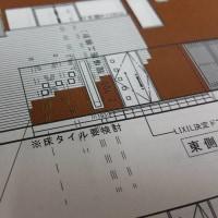 住まいの新築工事・・・外観としての要塞を整えつつ壁タイル張りの準備段階、そして内部空間のLDKや和室空間印象も壁と陰影設計デザインで整理。