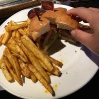 ハードロックカフェのハンバーガーはやはりアメリカ仕様