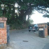 沖縄県立首里高等学校の正門・2015年7月13日(月)