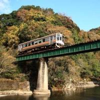 JR名松線 紅葉の中を行く(三重県)