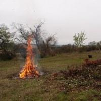 大きな焚き火 そして 長雨