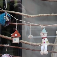 ショーウィンドーをご覧ください♪ ナースウェア&クリスマスツリー☆