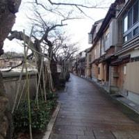 12月、さすがに、平日は観光客の人通りがなくなる瞬間も。主計町茶屋街。