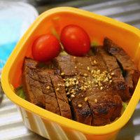 牛肉の味噌づけ丼・白シチュー・・・おっと弁