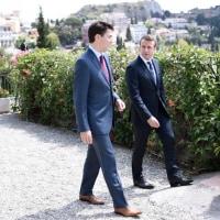 <タオルミナサミット>加仏首脳の「ブロマンス」にネット熱狂 シチリアで友情花咲く?