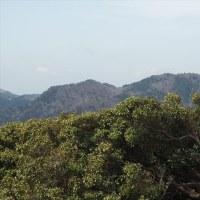天空の入り口のお山は 春霞と入道ヶ岳