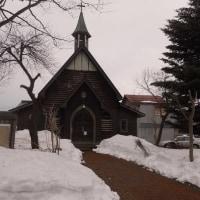 歴史を感じさせる教会と茅葺の家
