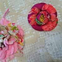 ピンク花柄の古布コサージュ二種作りました