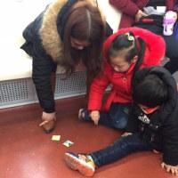 地下鉄の中でメンコ遊びをする子どもを見て感じた事