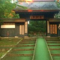 夕暮れのお寺へ
