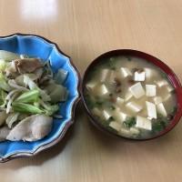 野菜炒めとなめこ入りの味噌汁