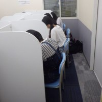 自習室で頑張る高校生