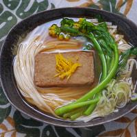 長崎「五島のばらもん揚げ 黒」 を菜の花うどんに乗せる朝