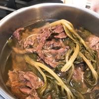 馬スジ肉を煮てます。。。