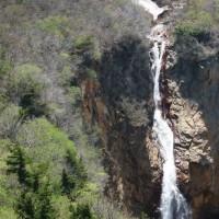 宮城県刈田郡蔵王町の刈田岳山麓からは、雪融け水が滝として流れ落ちています