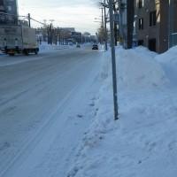 除雪で雪山は低く 気分は~
