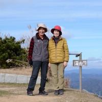 絶好の山歩き日和に誘われて、北大阪の最高峰(深山)に、夫婦合わせて168歳、登って来ました。