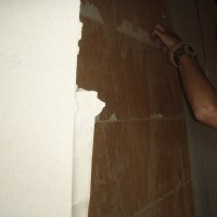 下地の壁からの湿気で剥がれる可能性が有るので襖貼りの工法でビニールクロスを貼りました