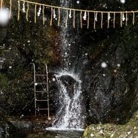 2017 舞い落ちる雪に訪れる人もなく滝の音だけが石を打つ 《糟屋郡篠栗町》
