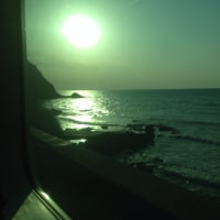 3/25上越本線で直江津から北上中の日本海に沈む夕日をパチリ