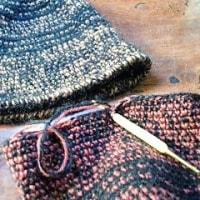 2本糸で編んだ毛糸の帽子 2色