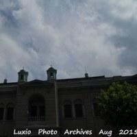 青い空と白い雲・銀行の建物の下でそれを見て~by 空倶楽部~