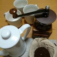 コーヒー豆をミルで引いて…