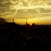 東の空に虹、西の空に夕日