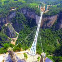 中国の世界最長のガラス橋は、見ただけで死にそうになる