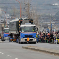 道路を走る高速鉄道車両