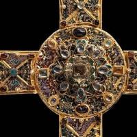 十字架を金銀・宝石で飾った理由とは、その起源とは?