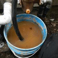 井戸から手押しポンプによる砂除去