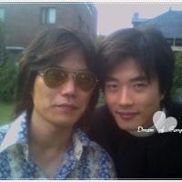 クォン・サンウ『恋する神父』の時だね~~サンウと監督さん?良いお顔してる~~ヾ(≧▽≦)ノ