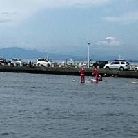 片瀬江ノ島でサンタクロースに扮したサーファーたち