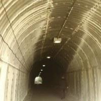 R134の脇の「小坪海岸トンネル」(鎌倉~逗子)・・・崖崩落後 未だ通行止め!