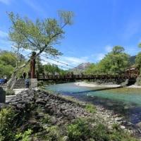 河童橋へ:上高地