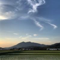 夕暮れの筑波山上に馬みたいな雲