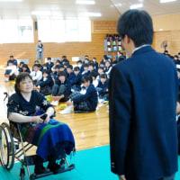 全盲、車いすの和多田さん 魚住東中で「前向きに」