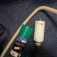 エアコンの配管用の穴あけは緊張します。。。