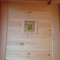 ドア窓にステンドグラスです。