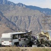 米国で観光バス衝突で、13人死亡、30人以上負傷。