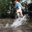 川に飛び込む夏の男!