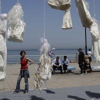 レバノンで、「花嫁衣装」を使って、レイプ加害者免罪法の廃止を訴える!